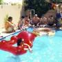 flotador-osito-gummy-rojo-piscina