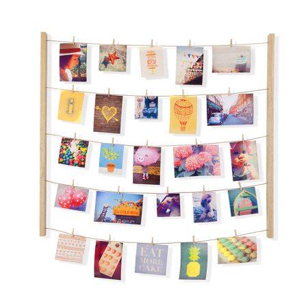 Porta fotos de madera con cuerdas y pinzas