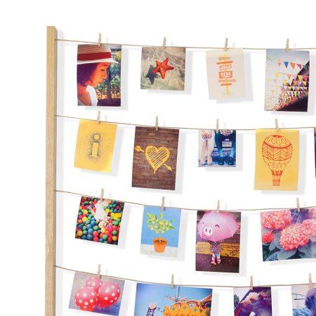 Porta fotos de madera con cuerdas y pinzas en detalle