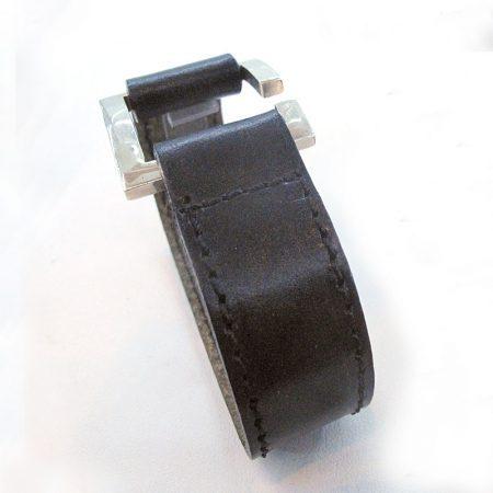 pulsera de cuero con hebilla ancha negra
