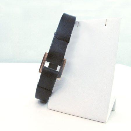 pulsera de cuero negra con hebilla estrecha