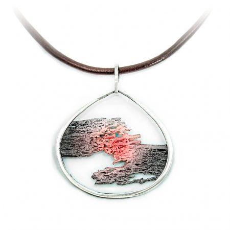 colgante en plata y cordón de cuero Aurora de Orfega