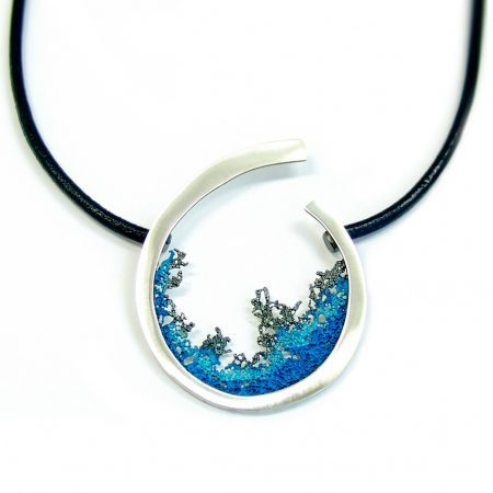 colgante plata y cuero Orfega Coral azul