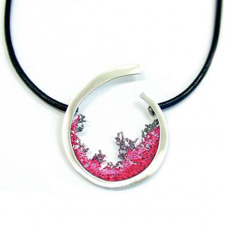 colgante plata y cuero Orfega Coral burdeos