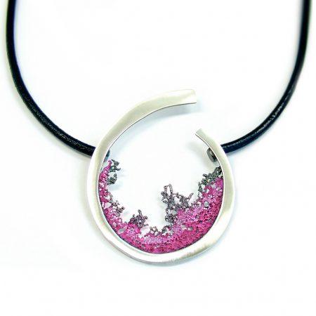 colgante plata y cuero Orfega Coral fucsia