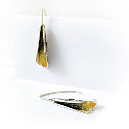 Pendientes de Plata Orfega Magma con cierre de gancho colección Vulcano dorado detalle