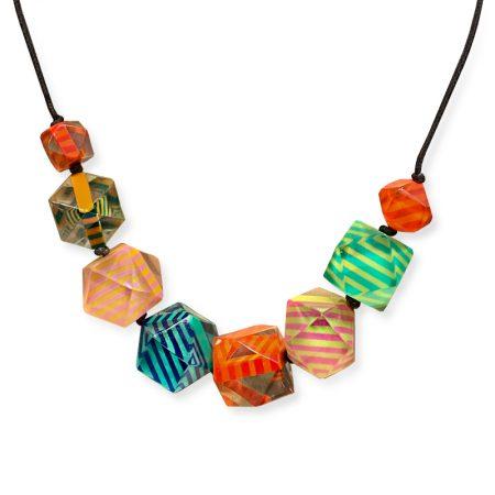 Collar original con estilo Vanguardista de poliedros con Rayas de colores brillantes