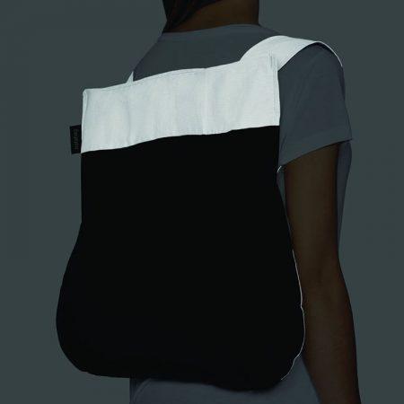 Bolsa-mochila plegable color negra con asas reflectantes como mochila