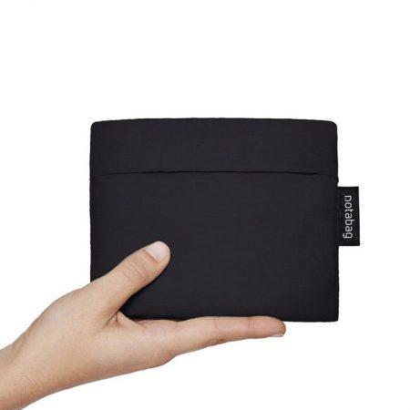 Bolsa-mochila plegable color negra con tiras reflectantes pocket